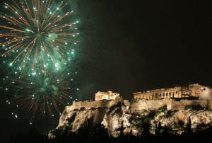 epa03521311 Fireworks explode over the ancient Parthenon temple on the Acropolis Hill during the New Year's celebrations in Athens, Greece, 01 January 2013.  EPA/SIMELA PANTZARTZI